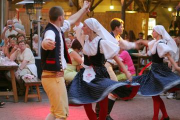 Fiesta con cena y espectáculo folclórico en Praga