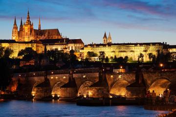 Prag bei Nacht und Bootsfahrt mit Abendessen auf der Moldau