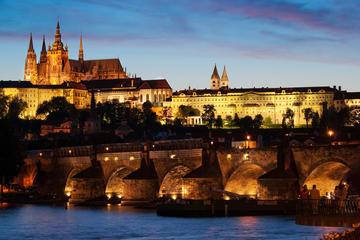 Visita nocturna a Praga y crucero con cena por el río Vltava