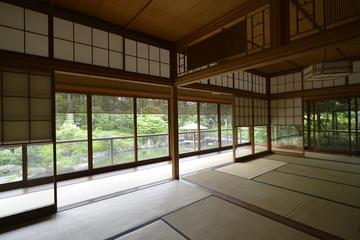 伝統的な日本庭園での、着物を着てのプライベートな茶会