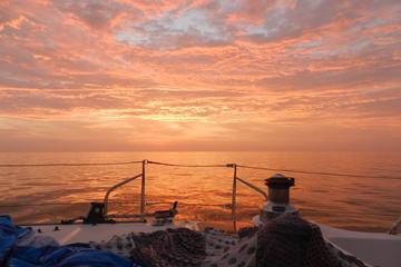Navegación al atardecer en la bahía de Lima