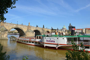 Crociera turistica lungo il fiume Moldava a Praga