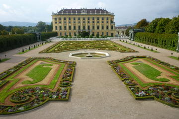 Palácio de Schönbrunn em Viena incluindo os Jardins de Schönbrunn com...