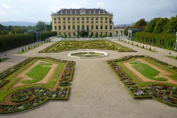 Schloss Schönbrunn in Wien mit den Gärten der Schlossanlage...