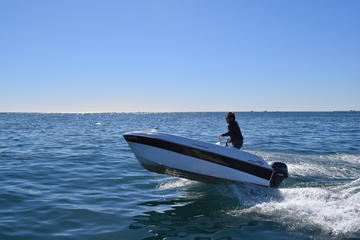 バルセロナの海岸でのボート レンタル