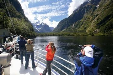 Fahrt mit Übernachtung auf dem Milford Sound Mariner ab Te Anau