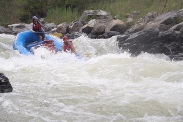 Tour de aventura en rafting en el río Copalita de clase III - IV