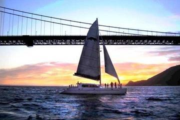 Katamaranfahrt durch die San Francisco Bay bei Sonnenuntergang