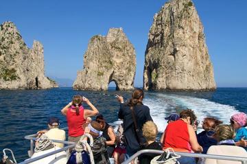 Crucero en yate por la costa de Sorrento con la isla de Capri