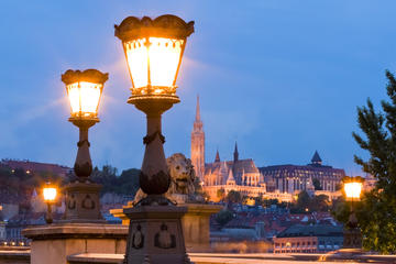 4-Hour Budapest Nightlife and Dinner Experience with a Local Guide