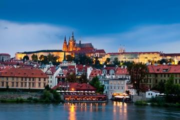 Praga por la noche: Recorrido a pie para grupos pequeños y crucero...