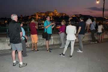Recorrido nocturno a pie y crucero por el río en Budapest