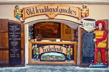 Recorrido para grupos pequeños de comida y cerveza en Praga