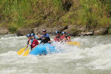 Rafting en rápidos en el río Pacuare, clase II y III, desde San José