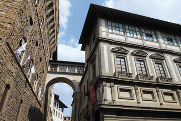 Private Palazzo Vecchio and Uffizi Tour through the Vasari Corridor footbridge