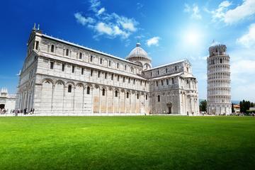 Tour semi-autonomo di Pisa e Lucca in autobus da Firenze