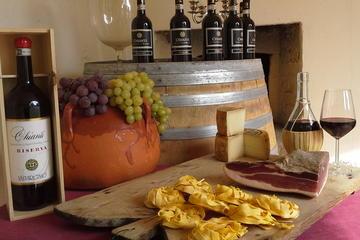 Cena e degustazione di vini in una tipica fattoria toscana