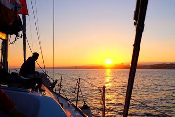 Bei Sonnenuntergang Segeltour auf dem...
