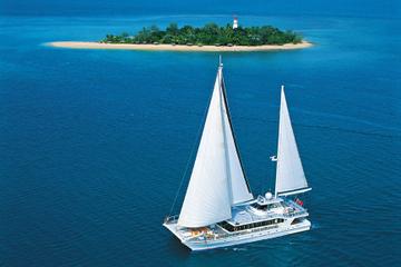 Cruzeiro de navegação pelas Ilhas Baixas de Great Barrier Reef saindo...