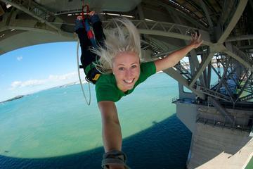 Salto Bungy en el puente del puerto de Auckland