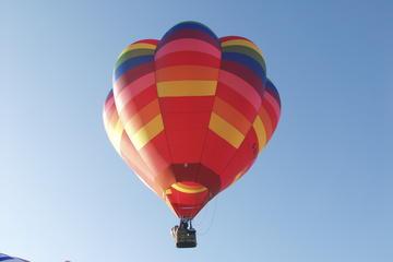 Voo de balão de ar quente em noite de verão na Bristol Balloon Fiesta...