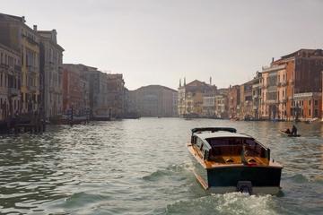 Privater Ausflug: Fahrt auf dem Canal Grande in Venedig am Abend