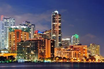 Excursão aérea noturna das luzes de Miami