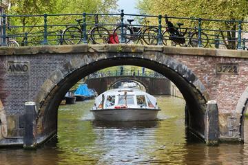 Hopp-på-hopp-av-kanalbåt i Amsterdam