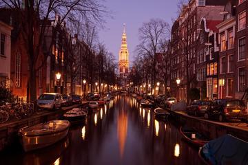 Crucero guiado por los canales de Ámsterdam por la noche con vino y...