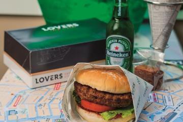 Cruzeiro com hambúrgueres e cervejas à noite em Amsterdã