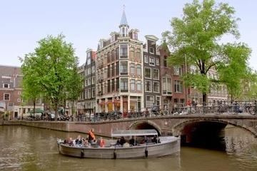 Cruzeiro pelo canal de Amsterdã em barco aberto pequeno