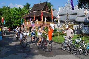 チェンマイ市の文化を訪ねる半日サイクリング ツ…