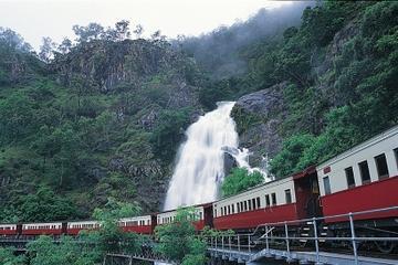 Reis langs Kuranda Scenic Railway på en dagstur fra Cairns
