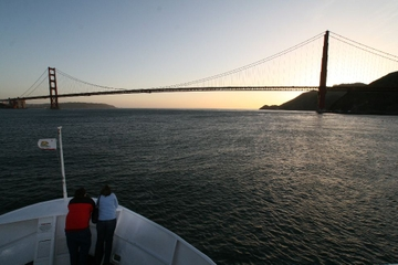 Kryssning i solnedgången i San Francisco-bukten