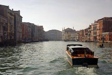 Båtrundtur på Canal Grande i Venedig