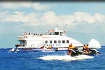Esportes aquáticos e festa no barco