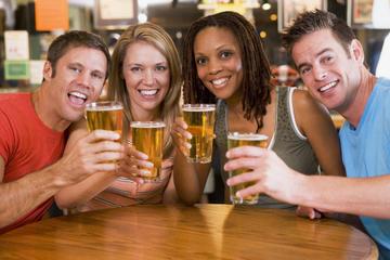 Visita turística nocturna con cerveza y gastronomía bávaras en Múnich