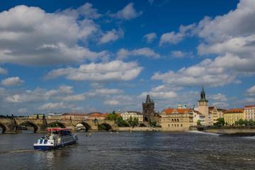 Recorrido a pie de Praga y crucero por el río con almuerzo bufé