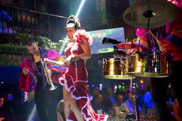 Deguste mojitos y aprenda a bailar salsa a ritmo de una banda tropical