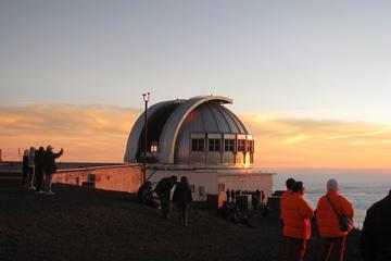 マウナ ケア山頂で星空に包まれる小グループ ア…