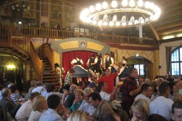 München bei Nacht und Abendessen im Hofbräuhaus