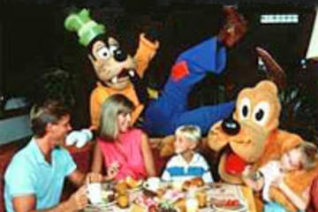 Diner met Disney-figuren in Chef Mickey's Restaurant