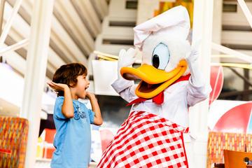 Disney-figurer vid middagsbordet på Chef Mickey's restaurang
