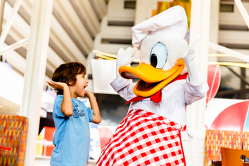 Spis middag sammen med Disney-figurer på Chef Mickey's Restaurant