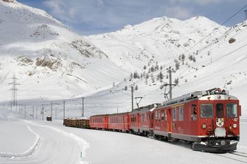Viaje en tren Bernina Express a los Alpes suizos desde Milán con...