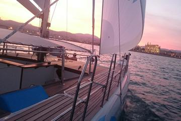 Bei Sonnenuntergang mit dem Katamaran segeln auf Mallorca