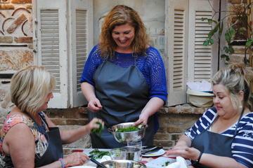 Aula de culinária grega em uma taberna de Atenas