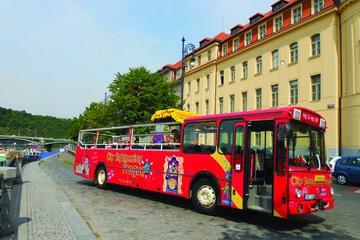 Excursão turística em ônibus panorâmico pela cidade de Praga...