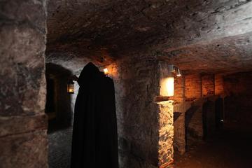 Tour a piedi notturno di Edimburgo con cripte sotterranee