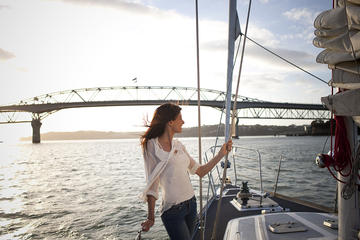 Paseo en barco por la tarde en el puerto de Auckland